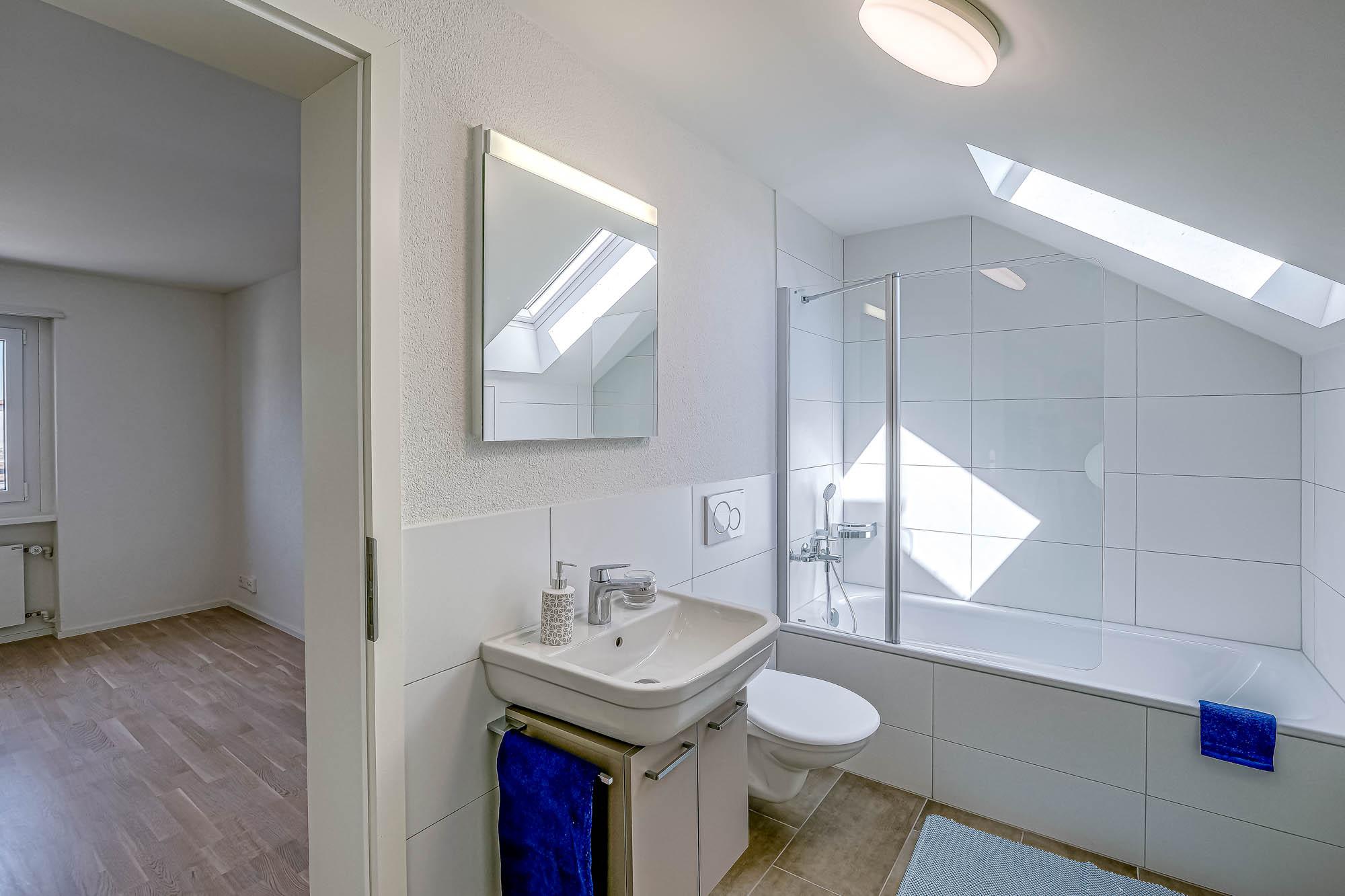 Badezimmer mit Duschwanne