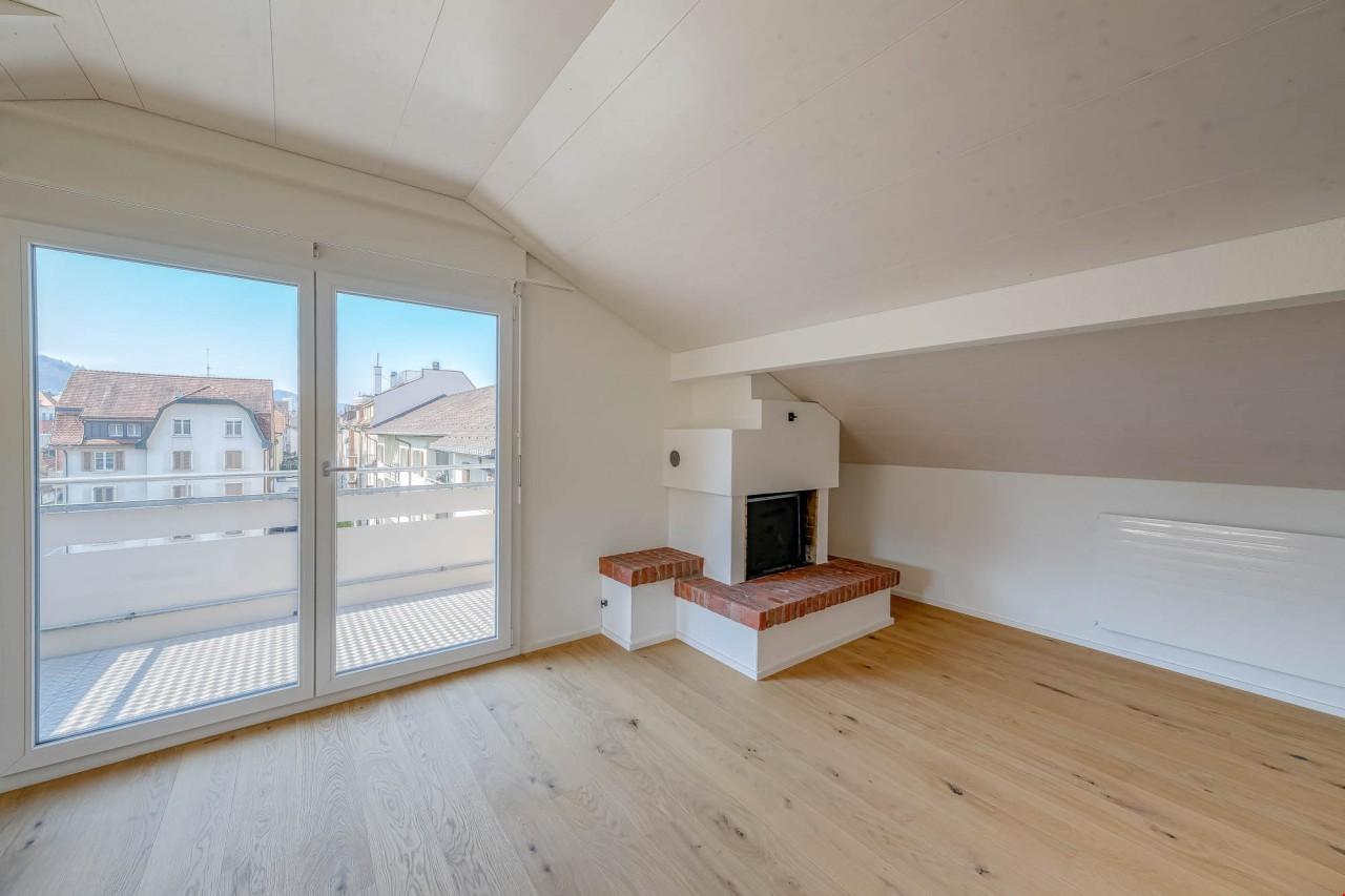 Wohnzimmer mit Kamin und Balkon